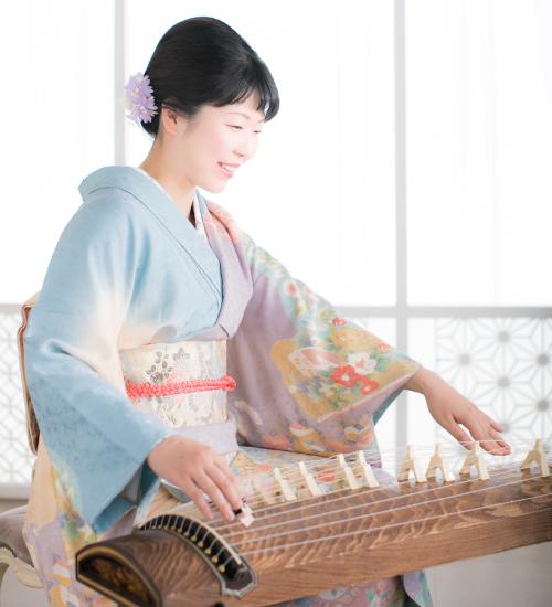 箏の演奏をする渡部佳奈子