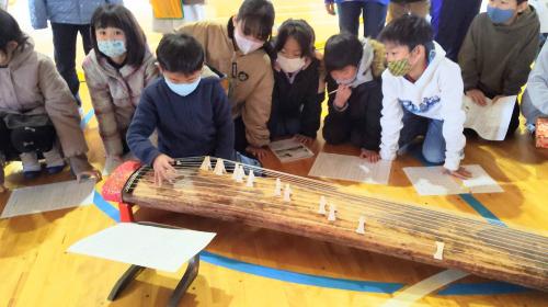 行徳小学校で箏体験授業