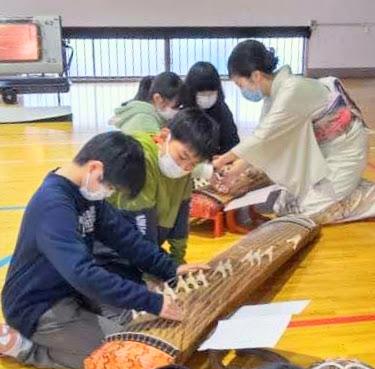 行徳小学校で箏の体験授業をする渡部佳奈子